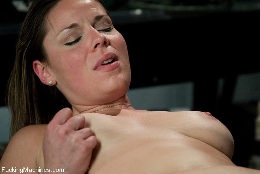 Sex machine sex. Amateur hottie gets mechan - XXX Dessert - Picture 5