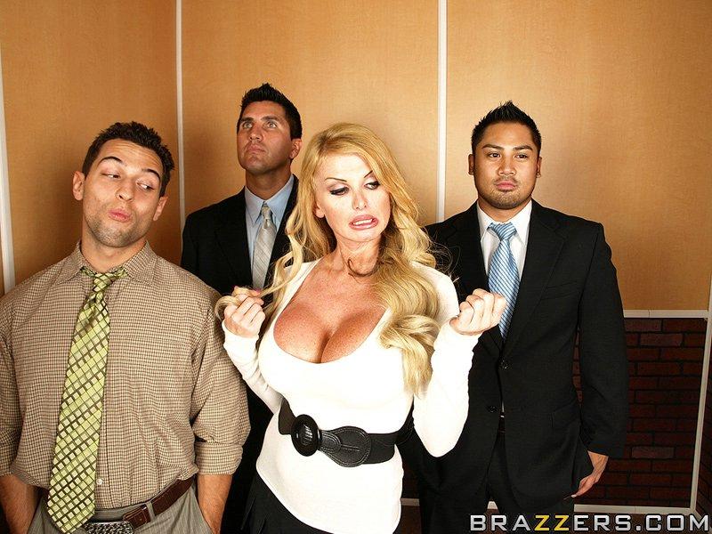 Порно в офисе лифте