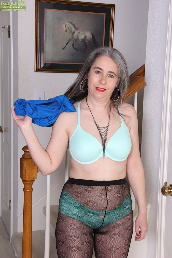 Beauty German mommy fucking with her s&period