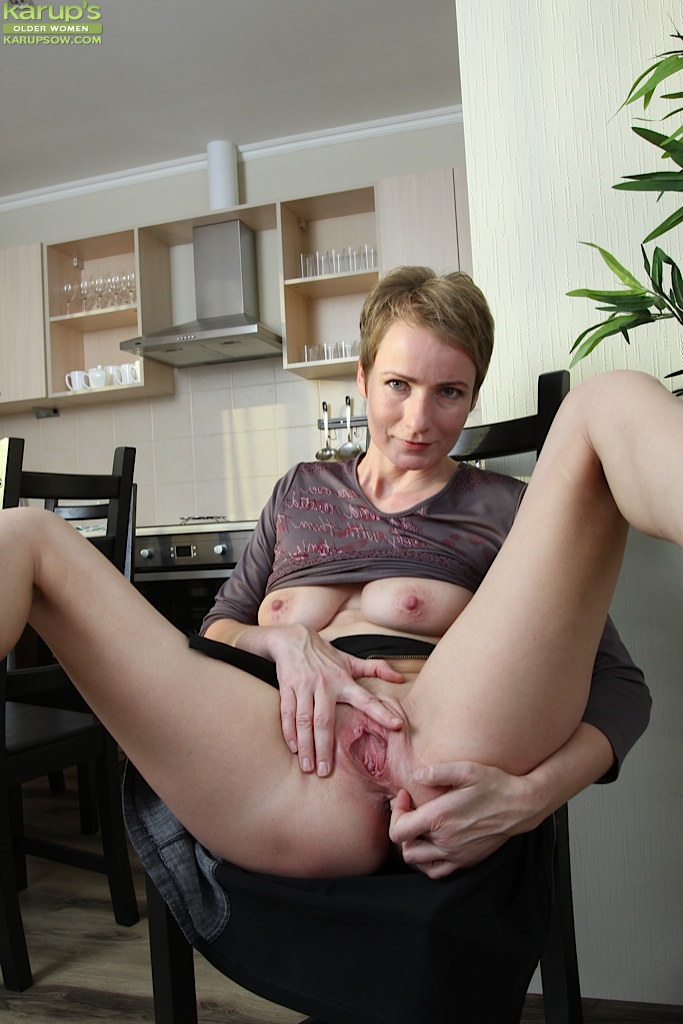 Skinny mom anal