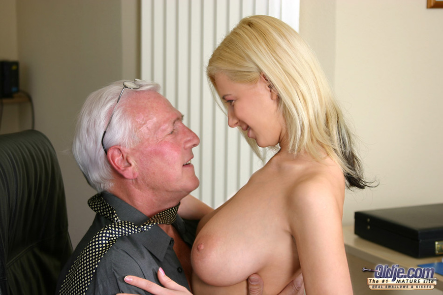 Old man cleans his girlfriends cummy asshole 5