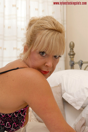 Sex starving mature blonde chick in blac - XXX Dessert - Picture 9