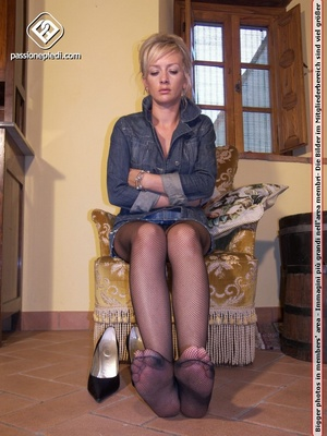 High heeled blonde bimbo in fishnet stoc - XXX Dessert - Picture 4