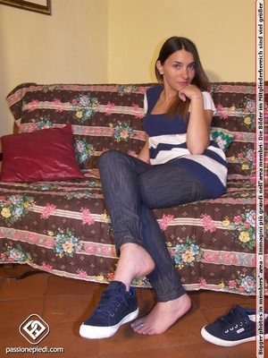 Smily brunette chick in tight jeans will - XXX Dessert - Picture 2