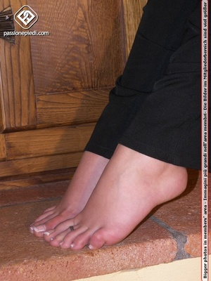 Sexy shaped babe revealing her sey feet  - XXX Dessert - Picture 5