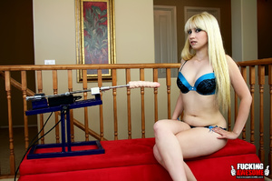 Sex starving blonde beauty gets her tigh - Picture 1