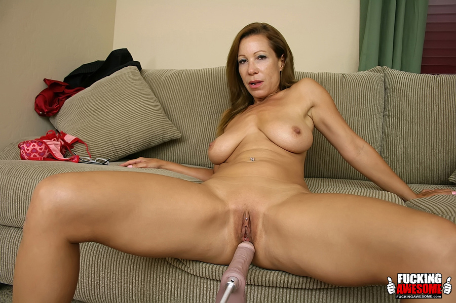 Brunette mature milf spreading wide on the  - XXX Dessert - Picture 2
