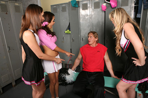 Muscular coach received best tugjob of h - XXX Dessert - Picture 1