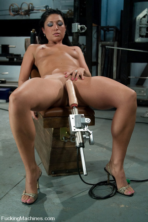 Mechanical sex machine. First time babe  - XXX Dessert - Picture 2