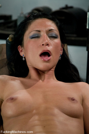Mechanical sex machine. First time babe  - XXX Dessert - Picture 4