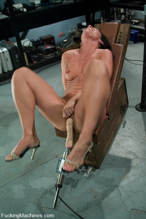 Mechanical sex machine. First time babe  - XXX Dessert - Picture 6