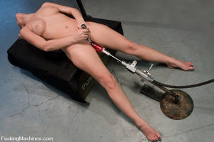Machines sex. Blonde newcomer machine fu - XXX Dessert - Picture 13