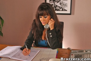 Beautiful boobs. Lisa Ann gets distresse - XXX Dessert - Picture 5