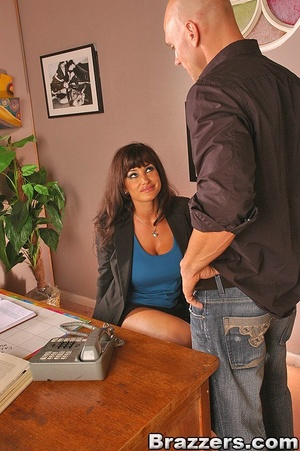 Beautiful boobs. Lisa Ann gets distresse - XXX Dessert - Picture 6
