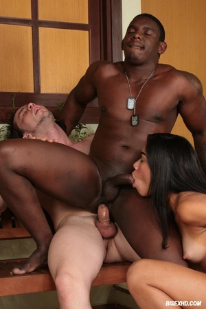 Bisex porn. Black bi stud fucked by a hu - Picture 3