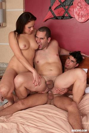 Фото мужик ебет семейку бисексуалов