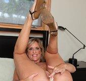 Tiny curvy mature mom