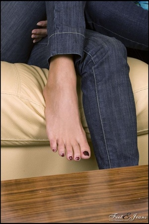 Legs xxx. Two cuties chatting barefoot. - XXX Dessert - Picture 2